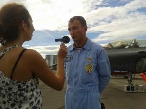 Naema avec l'un des pilotes de la PAF, Hervé Aubert (Athos 8).